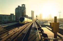 Dubaj metro przy zmierzchem Nowożytny metro, samochodowy ruch drogowy na autostradzie i biznesów budynki, Miasto kolej i obrazy royalty free