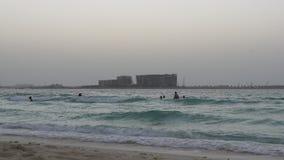 Dubaj miasta wieczór dopłynięcia plaży widok 4k uae zdjęcie wideo