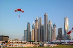 Dubaj miasta zabawy spadochroniarstwo i wodne aktywność, atrakcje turystyczne przy Dubaj Marina zdjęcia stock