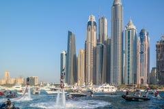 Dubaj miasta zabawy spadochroniarstwo i wodne aktywność, atrakcje turystyczne przy Dubaj Marina fotografia royalty free