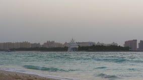Dubaj miasta zatoki parking palmowa łódkowata panorama 4k uae zdjęcie wideo