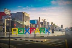 Dubaj pudełka park z Zadziwiać chmury - 15 09 2017 Tomasz Ganclerz zdjęcie royalty free