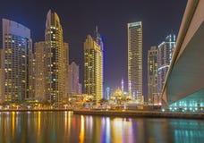 Dubaj śródnocny Marina i meczet - Zdjęcie Stock