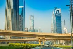 Dubaj Sheikh Zayed droga - Uliczny widok 15 09 2017 Tomasz Ganclerz zdjęcie stock
