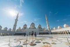 Dubaj, STYCZEŃ - 9, 2015: Sheikh Zayed meczet dalej Obraz Royalty Free
