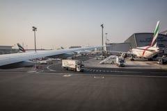 05 03 2018, Dubaj, UAE: Aerobus A320 dokował w Dubaj lotnisku międzynarodowym, przygotowywa dla zdejmuje Emirat linii lotniczych  zdjęcie stock