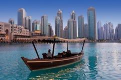 DUBAJ, UAE - CZERWIEC 1: Jechać drewnianymi łodziami zbliża dancingowe fontanny zdjęcia stock