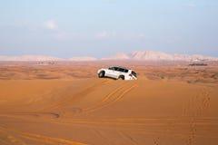 DUBAJ, UAE-JANUARY 20: Dżipa safari, 20, 2014 w Dubaj, UAE jeeping Zdjęcia Royalty Free