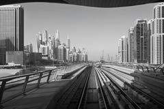 DUBAJ, UAE - KWIECIEŃ 1, 2017: Marina góruje i poręcze metro zdjęcie stock