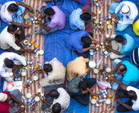 Dubaj, UAE - Lipiec 16, 2016: Muzułmańscy mężczyzna zbiera dla społecznego iftar gościa restauracji Zdjęcia Stock