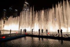 DUBAJ, UAE - LISTOPAD 11, 2018: Turyści i mieszkanowie ogląda Dubaj dancingową fontannę nawadniają przedstawienie i zaświecają pr zdjęcia stock