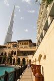 DUBAJ, UAE - LISTOPAD 13, 2018: Turystyczny chodzący niedaleki Burj Khalifa wierza i Souk al Bahar budynki blisko Dubaj centrum h zdjęcia royalty free