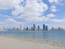 DUBAJ, UAE - LUTY 02, 2014 i drapacze chmur w Dubaj marina, plaża Zdjęcia Royalty Free