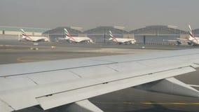 DUBAJ, UAE - LUTY 8, 2018: Samolot przy lotniskiem dostaje przygotowywa dla odlota przechodzi bezlika inny różny zdjęcie wideo
