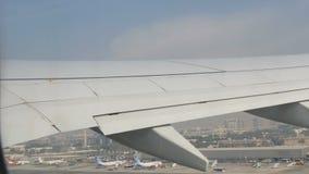 DUBAJ, UAE - LUTY 8, 2018: Samolot przy lotniskiem dostaje przygotowywa dla odlota przechodzi bezlika inny różny zbiory wideo