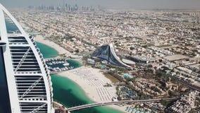Dubaj, UAE - Maj 25, 2018: Widok z lotu ptaka Burj Al Arabski luksusowy hotel na wybrzeżu Perska zatoka na jasnym słonecznym dniu zbiory wideo