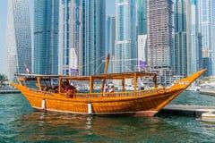 DUBAJ, UAE - PAŹDZIERNIK 21, 2016: Drewniany łódkowaty abra w Dubaj Marina, Zlany arab Emirat zdjęcie royalty free