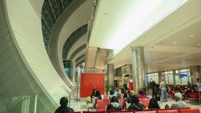 Dubaj, UAE - Sierpień 20, 2014: Nowożytny wnętrze wśrodku Hong Kong lotniska międzynarodowego Mieszkanowie i turyści zdjęcie stock