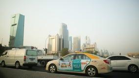 DUBAJ, UAE - SIERPIEŃ 20, 2014: Ruch drogowy w Dubaj w letnim dniu Zdjęcia Royalty Free