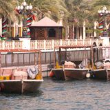 Dubaj, UAE, Styczeń 29, 2018: Tradycyjni abras oczekują pasażerów na Dubaj zatoczce, rzep Dubaj obrazy royalty free