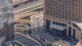 Dubaj w centrum ulica z ruchliwie ruchem drogowym i drapacz chmur wokoło timelapse zbiory
