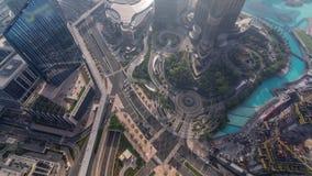 Dubaj w centrum ulica z ruchliwie ruchem drogowym i drapacz chmur wokoło timelapse zbiory wideo