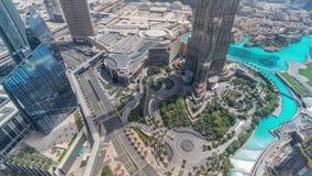 Dubaj w centrum ulica z ruchliwie ruchem drogowym i drapacz chmur wokoło timelapse zdjęcie wideo
