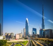 Dubaj w centrum widok przez okno Obraz Stock