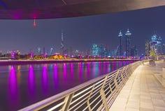 Dubaj - wieczór linia horyzontu z mostem nad nowym śródmieściem i kanałem fotografia stock