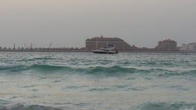 Dubaj wieczór palmowa łódkowata jeździecka panorama 4k uae zbiory wideo
