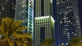 Dubaj ześrodkowywa noc budynków 4k czasu lekkiego upływ zdjęcie wideo