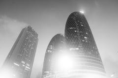 Dubaj Zjednoczone Emiraty Arabskie, Grudzień, - 23, 2017: drapaczy chmur budynki z oświetleniem na niebieskim niebie Architektura Zdjęcia Stock