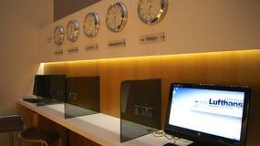 DUBAJ ZJEDNOCZONE EMIRATY ARABSKIE, KWIECIEŃ, - 4th, 2014: Lufthansa senatora Biznesowy hol przy Dubai International lotniskiem D zdjęcie stock