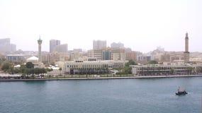 DUBAJ ZJEDNOCZONE EMIRATY ARABSKIE, MARZEC, - 31st, 2014: Tradycyjne drewniane łodzie na Dubaj zatoczce jako prom fotografia stock