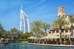 DUBAJ ZJEDNOCZONE EMIRATY ARABSKIE, WRZESIEŃ, - 10, 2018: - Burj Al arab Souq Madinat Jumeirah obrazy royalty free