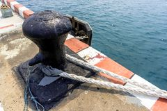 Dubb med att förtöja linjen på port för djupt hav för kommersiella skepp, nolla royaltyfri foto