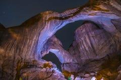 Dubbel båge på natten Moab Utah Royaltyfri Bild