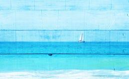 Dubbel blootstellingsbeeld van zeilboot bij horizon op het overzees en de houten plankenachtergrond, uitstekende filter royalty-vrije stock afbeelding