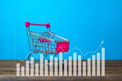 Dubbel blootstellingsboodschappenwagentje of supermarktkarretje op houten t Stock Afbeeldingen