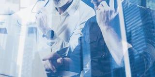 Dubbel blootstellingsconcept Team van bedrijfsmensen die grote het werkbespreking maken Twee gebaarde medewerkers die met mobiel  royalty-vrije stock afbeelding