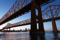 Dubbel Crescent City Connection Bridge bij het blauwe uur royalty-vrije stock foto