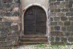 Dubbel dörr av den medeltida slotten Royaltyfria Foton