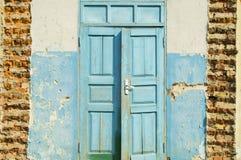 Dubbel dörr för gammal denrevyannaya och förstörd tegelstenvägg Arkivbilder