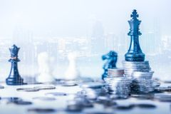 Dubbel die blootstellingsbeeld van de muntstukstapel die het Staunton-schaak heeft zoals koning op bovenkant en bekleding met cit royalty-vrije stock foto's