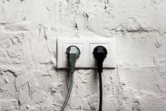 Dubbel elektrisk hålighet med pluggade kablar Royaltyfri Foto
