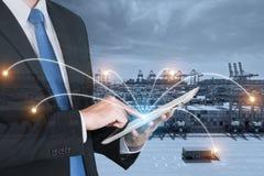 Dubbel exponering av affärsmanhanden som rymmer den digitala minnestavlan Arkivbilder