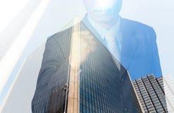 Dubbel exponering av affärsmannen med cityscape, moderna glass Busi arkivbilder