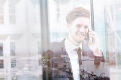 Dubbel exponering av affärsmannen som talar vid telefonen, kommunikationsbegrepp royaltyfri foto