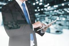 Dubbel exponering av affärsmannen som använder den digitala minnestavlan för att behandla sa Arkivbilder