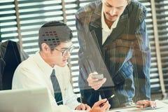 Dubbel exponering av av affärslaget som diskuterar idéer och planerar projekt till investeringen i utländska filialer Arkivbild